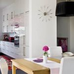 Biel na ścianach, drewniana podłoga i stół pozwalają oczom odpocząć.