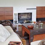 Brązowy stolik i meble w salonie świetnie pasują do kanapy z beżowym obiciem.