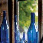 Butelki miały pełnić funkcję zazdrostek, ale jest wprost przeciwnie – przyciągają wzrok!
