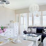 Charakterystyczne lampy z IKEA. Biały apartament nad morzem