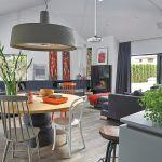 Choć dom umeblowany jest dizajnerskimi nowoczesnymi meblami, nie sprawia wrażenia zimnego i loftowego.