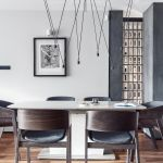 Część jadalni została wydzielona tak, aby była sercem salonu, jej najważniejszy charakter akcentuje nowoczesna lampa