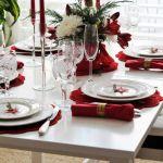Stół wigilijny – dekoracje w czerwieni i bieli