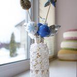 Stroik można umieścić w wazonie. Dekoracje świąteczne na okno - 10 aranżacji do domu