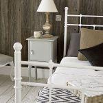 Deski na ścianie i podłodze: trochę country, trochę loft.