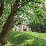 Do domu prowadzi długa lipowa aleja, dookoła trzyhektarowy park ze starymi klonami, po obu stronach budynku dwa dęby, pomniki