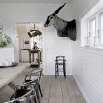 Do drewnianego stołu Thomas dokupił chromowane krzesła (od Fil de Fer) oraz wiszące lampy Botikken.