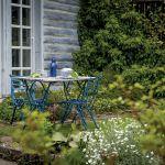 DO ogrodu Zosi wychodzi się prosto z kuchni lub przez duże, niskie okno w sypialni.