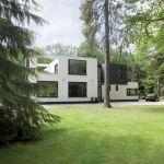 Dom przypomina projekt modernistycznego domu Rietvelda w Utrechcie.