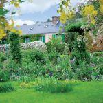 Dom tonie w zieleni romantycznego ogrodu.