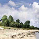 Dom usytuowany jest tuż przy plaży. Drewniany dom nad morzem