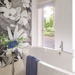 Do relaksu w kąpieli potrzebne są kwiaty, stąd duża floralna mozaika na ścianie włoskiej firmy Sicis.