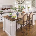 Kobaltowe wazy pochodzą z salonów Archidzieło, Decolor i Mint Grey.