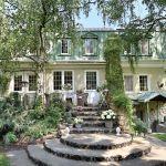 Dom wygląda, jakby przeniesiono go z Prowansji – białe mury oplecione winobluszczem, weranda z wiklinowymi