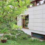 Dom został zaprojektowany w stylu prostej formy wtopionej w naturę.