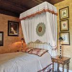 dom w stylu country sypialnia baldachim