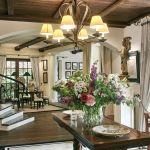 dom w stylu country salon zasłony