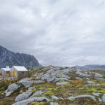 Skandynawska architektura – dom na skale zainspirowany rybacką chatą
