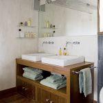 Drewniana szafka pod umywalkę - nowoczesna a nie rustykalna.
