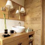 Drewno tworzy ciepły klimat w łazience.