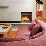 Duża kanapa doskonale pasuje do przestronnego wnętrza.
