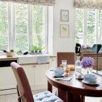 Duże, wychodzące na ogród okna wpuszczają do kuchni mnóstwo światła.