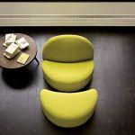 Fotel i podnóżek z kolekcji Elysee mogą być w wełnie, welurze lub skórze. Cena kompletu na zdjęciu - od