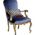 Fotel stylizowany na XVIII-wieczny mebel.