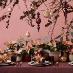 Świąteczna dekoracja stołu: nad stołem podwieszono dużą gałąź, która została świątecznie przystrojona. Dekorację stołu tworzą