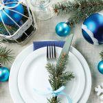 Biało-niebieskie dekoracje na stół wigilijny