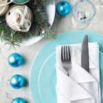 Błękitne dekoracje stołu na Boże Narodzenie