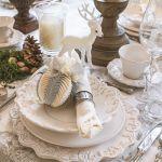 Dekoracja stołu na boże narodzenie: srebrno-białe bombki i zdobione talerze, Belle maison