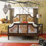 Jak w ogrodzie – łóżko z nadrukami na naturalnym lnie Antoinette queen, 8372 zł komoda, 2996 zł stolik