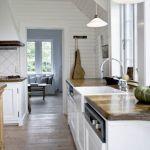 Jasne kolory i surowe spękane drewno są typowe dla stylu New England.