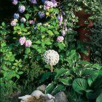 Kamienne figurki świetnie się komponują z kwiatami.
