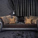 Kanapa Perugia. Podłokietniki ma z tłoczonej skóry bycast przypominającej skórę aligatora, siedzisko i poduszki z
