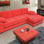 szary salon z czerwoną kanapą