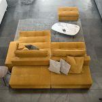 szary salon z żółtą kanapą