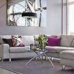szary salon z kolorowymi  poduszkami