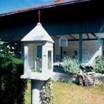 Kapliczka może stać się dekoracją ogrodu.