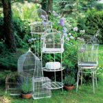 Klatki na ptaki mogą urozmaicić ogród.