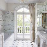 Klimat art déco w łazience wyłożonej marmurem.