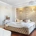Kolorystyka i umeblowanie sypialni przywołują skojarzenie pałacowej komnaty.