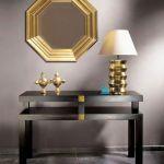 Konsola z drewna bukowego barwiona na czarno i złoto (700 zł), lustro venice – 990 zł, lampa mexico – 900 zł. ART AT HOME