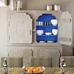 Kredens z dębu szczotkowanego ze środkiem pomalowanym wściekle niebieską farbą zaprojektowała Patricia Urquiola, stół z
