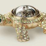 Kryształy Swarovskiego i 24-karatowe złoto.