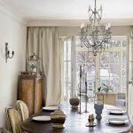 Krzesła w jadalni właściciele znaleźli na brokantach podczas wakacji, które spędzili we Francji.