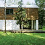 Ktoś powiedział, że dom malarza Jacka Ziemińskiego to nowoczesna bajka w lesie.
