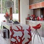 Kuchenna wyspa wyłożona mozaiką Bisazzy z motywem czerwonego koralowca.