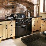 Kuchnia Elan o szerokości 90 cm, czarna z chromowanymi okuciami, wyposażona jest w płytę grzewczą, dwa piekarniki i szufladę